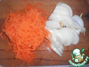 Очистим лук и морковь. Лук нарежем полукольцами, морковь натерем на терке.