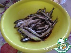 В чашку кладем рыбу, добавляем соевый соус, перемешиваем. Оставляем на 10-15 минут. Перемешать раза 2, чтобы рыба равномерно пропиталась соусом.