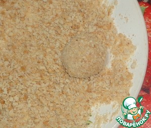 From the resulting meat make small balls. Coat in breadcrumbs.