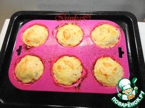 Ставим форму в духовку на противень и запекаем 20 минут на нижнем нагреве. Затем включаем верхний нагрев и слегка подрумяниваем сыр.