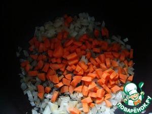 Морковь нарезать небольшими кусочками, добавить к луку и обжаривать ещё 2 минуты