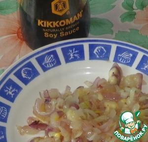 На сковороде разогреть растительное масло. Лук измельчить и обжарить.