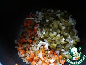 Капусту и солёные огурцы нарезать небольшими кусочками, добавить к луку с морковью и жарить до сигнала