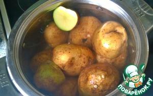 Картофель промываем, заливаем водой и ставим вариться.    После того, как картофель сварился, даем ему остыть. Затем чистим и нарезаем крупно.