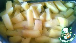 Смазываем форму растительным маслом и выкладываем туда нарезанный картофель и филе. Перемешиваем.