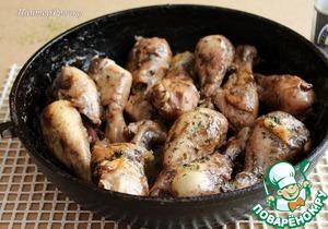 Залить соусом курицу, уменьшить огонь до минимума. Накрыть крышкой и тушить 20 минут. Затем крышку снять, огонь немного увеличить и готовить до выпаривания всей жидкости. У меня это заняло 25 минут. Готовое блюдо посыпать свежим укропом.