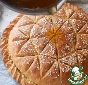 Достаем подрумяненный готовый пирог и на горячий выливаем теплый сироп полностью. Даем пирогу остыть.