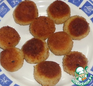 In a pan pour olive oil, when it heats up, then put him in the balls. Fry on both sides until Golden brown. Ready mini-cakes spread on a plate. Allow to cool a little.