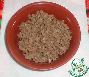 Печень отварить в подсоленной воде до готовности, остудить. Перекрутить на мясорубке.