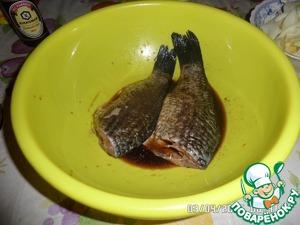 В чашку кладем карасей и добавляем соевый соус и черный молотый перец. Оставляем на 10-15 минут. Нужно 2-3 раза рыбу перевернуть, чтобы пропиталась маринадом с обеих сторон.