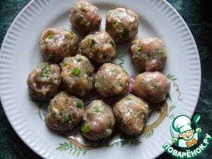 Филе индейки измельчить в блендере, добавить мелко нарезанную зелень. Добавить соль, карри. Перемешать до однородности и скатать фрикадельки размером с грецкий орех