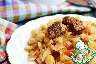 Рецепт: Жареная капуста с нутом и чесночными сухариками