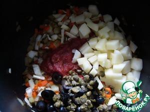 К обжаренным овощам добавить томаты в собственном соку.   Маслины, нарезанные кружочками.   Мелко нарезанные каперсы.   Картофель, нарезанный кубиками.