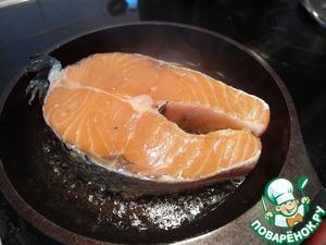 Румяный чеснок достаем и отправляем в сковородочку сочный стейк. Накрываем крышкой и оставляем на 5 минут на большом огне.