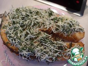 Перекладываем рыбку на тарелочку, посыпаем укропно-сырной смесью и на 30 секунд в микроволновку.