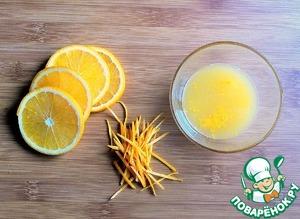 От одного апельсина отрезать четыре одинаковых кружочка. С оставшейся части снять цедру ножом и нарезать её полосками. Со второго апельсина снять цедру тёркой и выдавить сок из половинки.