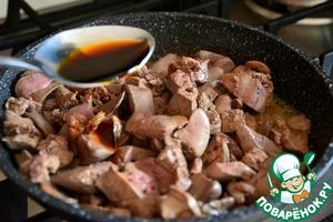 Отдельно обжарим печень (минуты 3-4), добавим соевый соус и черный перец