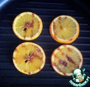 Кружки апельсинов обжарить на сковороде-гриль с двух сторон.