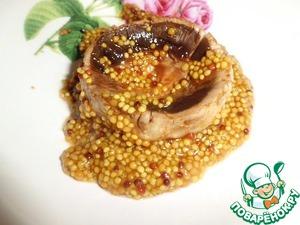 Шляпки грибов оставляем на несколько минут в смеси горчицы и соевого соуса.