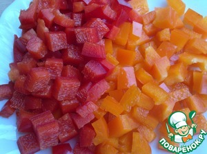 Болгарский перец красного и оранжевого цвета нарезать кусочками.