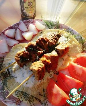 Подавать сувлаки выложив на хлеб пита, полив соусом дзадзики, и со свежими овощами, либо овощами-гриль.
