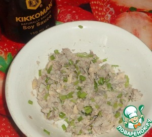 Рыбный паштет делаем из отварного рыбного филе. Рекомендую отварить рыбное филе с базиликом или лавровым листом.    Отварное филе достаем из бульона и охлаждаем. Затем разминаем вилкой. Соединяем с зеленым луком, соевым соусом Kikkoman, черным молотым перцем и имбирем. Если масса суховатая, то добавляем немного майонеза. Мне он не понадобился. Из-за сочности филе, масса получилась хорошей консистенции.
