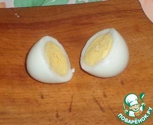 Отварные яйца очищаем и разрезаем пополам поперек.