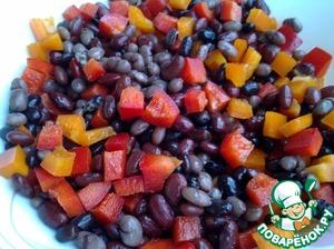 Помидор тоже нарезать кусочками. Нарезанный болгарский перец и помидоры добавить к отваренной, остывшей фасоли, перемешать.