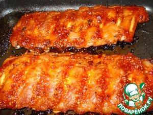 А спустя 30 минут снова достаньте, уберите фольгу, смажьте глазурью ребрышки. Еще поставьте в духовку или под гриль на небольшой огонь на 5-10 минут (мясо должно легко отделяться от костей).