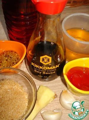 Приготовим глазурь.    Перец чили-половинку очистим от семян и мелко порубим.    Чеснок и имбирь измельчим.    Смешаем в сотейнике соевый соус, яблочный сок, горчицу, сахар, кетчуп, имбирь, перец чили и чеснок, добавим винный уксус. Поставим на средний огонь и, помешивая иногда, доведем до кипения и проварим 10-15 минут, пока соус не загустеет немного.