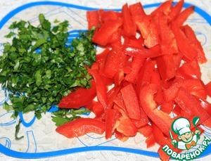 У болгарского перца убрать семена и нарезать тонкой соломкой. Мелко порезать зелень. И все добавить в салат