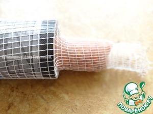 Натянуть на колбаску сетку с помощью трубо-образного предмета (у меня футляр от коньяка);