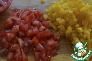 While baked fish, prepare the salsa. Small cubes chop the peppers and tomato. Finely chop the onion and chop the parsley.