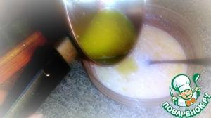 Добавить в смесь (к яйцам, сахару и соды) 0,5 ст. молока и растопленного сливочного масла, тщательно перемешать.
