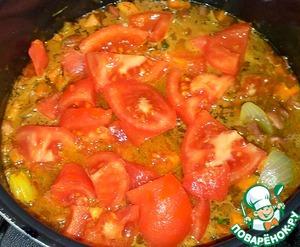 Очищеные от кожицы помидоры нарезала и переложила к овощам в мультиварку. ( Помидоры залила крутым кипятком, а через три минуты воду слила. Если очень горячие помидоры, можно залить холодной водой, а уж потом их чистить.)