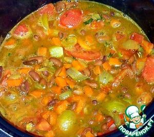 В овощи долила горячей воды 300 мл. За минуту до окончания выключения мультиварки добавила чеснок и орехи. Перемешала овощи и оставила на несколько минут под закрытой крышкой.
