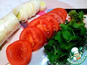 Нарезала овощи, помидоры и лук порей.