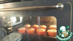 Отправляем кексы в духовку, а в это время делаем крем. Для этого миксером взбиваем белки сахар и лимонный сок до густой белой пены.