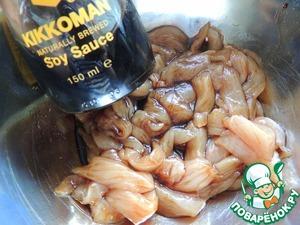 Куриное филе режем соломкой, добавляем 2 ст. л соевого соуса и 1 ч. л оливкового масла, перемешиваем и оставляем немного мариноваться.