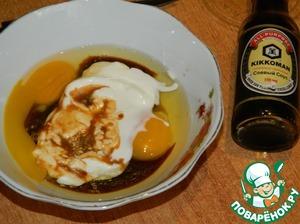 Отдельно смешиваем яйца, соевый соус Киккоман, сметану, специи.