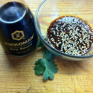 Для соуса смешать с соевым соусом Киккоман измельченный чили, сахар и семена кунжута.