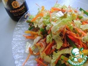 Соединяем все овощи, добавляем нарезанный полукольцами лук, дроблёный орех. Заправляем заправкой и аккуратно перемешиваем, лучше руками, что бы не повредить овощную соломку.