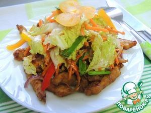 На тарелку выложить обжаренную курицу и сверху засыпать салатом. Всё готово. Приятного аппетита!