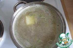Варим, помешивая, минут 10. Добавляем кусочек сливочного масла.   Варим до полной мягкости картошки.