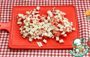 Крабовые палочки также порезать кубиками.