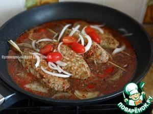 Залить полученным кебабы, добавить резанный полукольцами лук и черри;