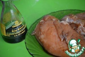 Куриное филе я замариновала заранее в смеси 2 ст. л. соевого соуса Kikkoman и 0.5 ст. л меда. Обжариваем филе до готовности, вынимаем и в этой же сковороде обжариваем лук.