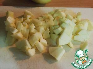 Яблоки средней величины нарезать кубиками. Чтобы яблоки не потемнели, нужно их покапать соком лимона.