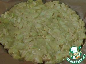Форму для выпечки можно смазать маслом и посыпать мукой или, как я, застелить бумагой для выпечки и выложить в нее тесто.