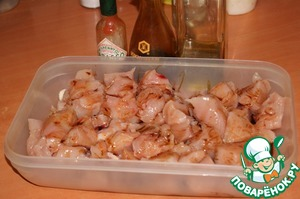 Куриное филе нарезать крупными кусочками, добавить соус Табаско или паприку, 1 ст. л. оливкового масла, соевый соус и хорошо перемешать. Оставить при комнатной температуре пока подготовим овощи.